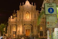 卡塔尼亚,意大利, 2017年1月05日:对圣诞老人阿佳莎-卡塔尼亚中央寺院大教堂façade的看法  早期的冬天晚上 西西里岛 库存图片