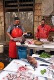 卡塔尼亚,渔夫屠杀鱼待售鱼市 免版税库存图片