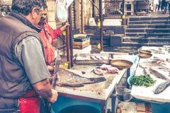 卡塔尼亚,渔夫屠杀鱼待售鱼市 免版税库存照片