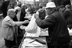 卡塔尼亚,老妇人购买在鱼市上 免版税库存照片