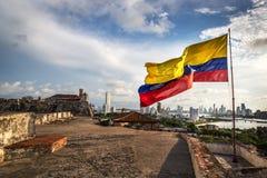 卡塔赫钠,哥伦比亚-在卡塔赫钠堡垒的哥伦比亚的旗子在一个多云和大风天 卡塔赫钠哥伦比亚 库存图片