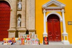 卡塔赫钠,哥伦比亚22日2017年:亚历山大的圣徒凯瑟琳大教堂的正面图在西班牙殖民地城市 免版税库存照片
