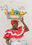 卡塔赫钠,哥伦比亚- 12月, 02 :Palenquera妇女卖果子 免版税库存照片