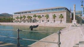 卡塔赫钠,西班牙-大约2017年11月:卡塔赫钠海军博物馆看法有水池和雕塑鲸鱼尾巴的在它前面 影视素材