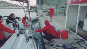 卡塔赫钠,西班牙-大约2017年11月:有柴油的填装的游艇在卡塔赫钠小游艇船坞  股票视频
