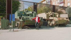 卡塔赫钠,西班牙-大约2017年11月:游人接近的坦克在火炮博物馆在卡塔赫钠 影视素材