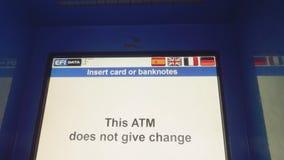 卡塔赫钠,西班牙-大约2017年11月:ATM屏幕在加油站的在卡塔赫钠小游艇船坞  股票录像