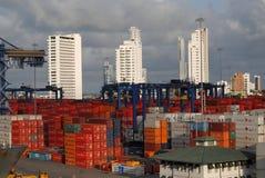 卡塔赫钠` s繁忙的口岸看法和摩天大楼支持 免版税库存图片