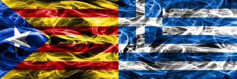 卡塔龙尼亚对希腊拷贝肩并肩被安置的烟旗子 加泰罗尼亚语和希腊的浓厚色的柔滑的烟旗子复制 库存图片