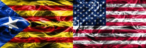 卡塔龙尼亚对美利坚合众国拷贝肩并肩被安置的烟旗子 团结加泰罗尼亚语浓厚色的柔滑的烟的旗子和 免版税库存照片