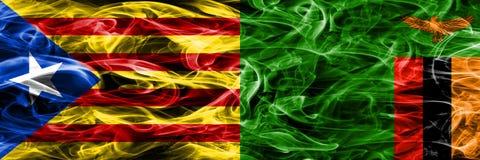 卡塔龙尼亚对赞比亚拷贝肩并肩被安置的烟旗子 加泰罗尼亚语和赞比亚的浓厚色的柔滑的烟旗子复制 免版税图库摄影