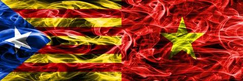 卡塔龙尼亚对越南拷贝肩并肩被安置的烟旗子 加泰罗尼亚语和越南的浓厚色的柔滑的烟旗子复制 免版税库存图片