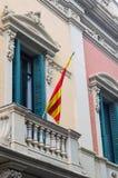 卡塔龙尼亚的旗子在一个大厦之外的在巴塞罗那 免版税库存图片
