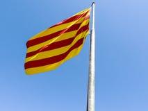 卡塔龙尼亚的旗子在Montjuic城堡,巴塞罗那前面的 库存照片