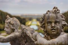 卡塞尔塔宫殿皇家庭院,意大利褶皱藻属 雕刻的小组:天使面孔 库存图片
