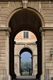 卡塞尔塔,意大利 27/10/2018 对卡塞尔塔意大利奥斯陆王宫的庭院的通入门  库存照片