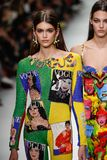 卡娅格伯和云母Arganaraz走跑道在凡赛斯展示在米兰时尚星期春天期间/夏天2018年 库存图片