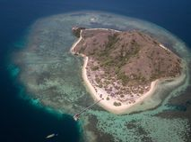 卡娜娃海岛俯视图有绿松石海和游船的,Pasir Putih,科莫多岛,西部Manggarai摄政,东部努沙 免版税库存照片