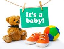 贺卡它是婴孩, tedy熊,婴孩的运动鞋,五颜六色 库存照片