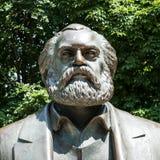卡尔・马克思画象雕塑在Alexanderplatz附近的在柏林 免版税库存照片
