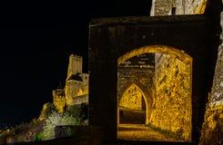 卡尔卡松中世纪堡垒夜图、老墙壁和塔h 库存照片