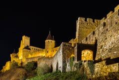卡尔卡松中世纪堡垒夜图、老墙壁和塔h 免版税库存照片