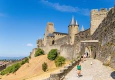 卡尔卡松,法国 参观美丽如画的中世纪堡垒的游人 联合国科教文组织名单 免版税库存照片