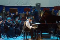 卡尔文琼斯和Dnipro交响乐团的乐队 库存图片