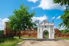 卡尔特教团修道院的废墟门在Beryoza市,布雷斯特地区,白俄罗斯 免版税库存照片