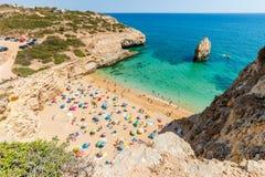 卡尔瓦略在阿尔加威,葡萄牙,欧洲的海滩视图 免版税库存图片