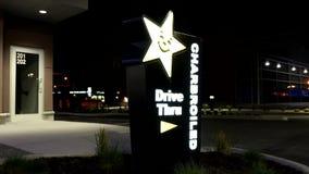 卡尔的小餐馆驱动外部射击通过标志在晚上 影视素材