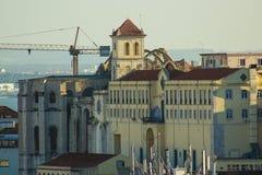 卡尔穆女修道院和教会废墟从桑塔纳小山夺取了在里斯本,葡萄牙 免版税图库摄影