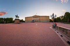卡尔约翰国王Th的王宫和雕象的全景  免版税库存图片