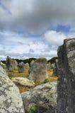 卡尔纳克(布里坦尼,法国) :竖石纪念碑和都尔门 库存图片