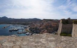 卡尔维,城堡,古老墙壁,小游艇船坞,风船,地平线,可西嘉岛, Corse,法国,欧洲,海岛 图库摄影