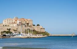 卡尔维,城堡,海滩,古老墙壁,小游艇船坞,风船,地平线,可西嘉岛, Corse,法国,欧洲,海岛 免版税库存照片