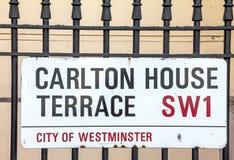 卡尔顿议院大阳台的路牌在西敏市在中央伦敦 免版税库存图片