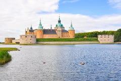 卡尔马城堡在一个夏日 库存照片