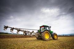 卡尔洛沃,保加利亚- 2015年8月22th日, :耕与Jo的一个领域 库存图片