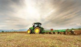 卡尔洛沃,保加利亚- 2015年8月22th日, :耕与Jo的一个领域 免版税库存照片