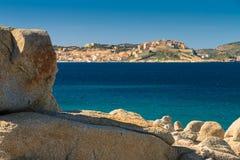从卡尔维海湾被观看的卡尔维城堡在可西嘉岛 库存照片
