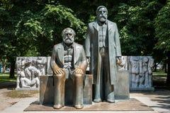 卡尔・马克思和弗里德里希・恩格斯雕塑在Alexanderplatz附近 库存照片