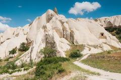 卡帕多细亚小山的美丽的景色  其中一土耳其的视域 路通行证 与云彩的蓝天 库存照片