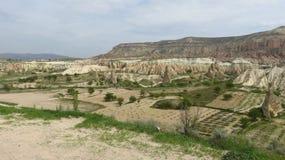 卡帕多细亚火山的风景的农场土地  免版税图库摄影