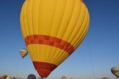 卡帕多细亚的巨大旅游胜地-迅速增加飞行 盖帽 小山,秀丽 免版税库存图片