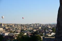 卡帕多细亚的巨大旅游胜地-迅速增加飞行 盖帽 小山,秀丽 库存照片