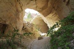 卡帕多细亚风景  小山和一个段落在他们之间和在他们里面 迁徙在卡帕多细亚的著名游人 火鸡 免版税库存图片