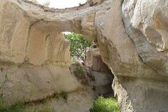 卡帕多细亚风景  小山和一个段落在他们之间和在他们里面 迁徙在卡帕多细亚的著名游人 火鸡 库存图片