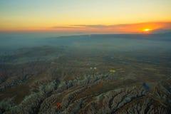卡帕多细亚,土耳其:清早顶视图从气球,与雾的有薄雾的风景与山 免版税图库摄影