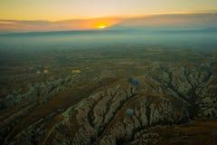 卡帕多细亚,土耳其:清早顶视图从气球,与雾的有薄雾的风景与山 免版税库存图片
